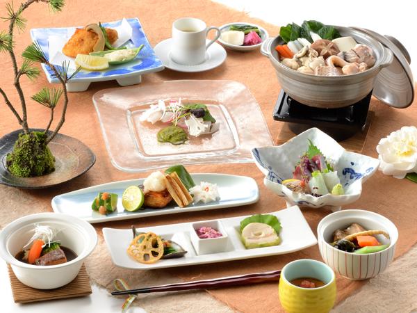 本海の旬を吟味した料理の数々はまさに絶品。和食会席または洋食ディナーからお選びいただけます。彩り華やかにその贅沢な味わいを心ゆくまでどうぞ。